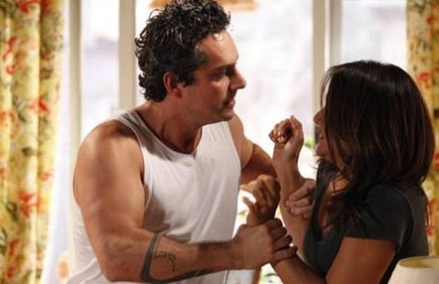 Na mesma vizinhança onde fica o bar do Guaracy vive Baltazar (Alexandre Nero), motorista de Tereza. Violento, ele agride com frequência a mulher, Celeste (Dira Paes), e quer proibir a filha, Solange (Carol Macedo), de investir na carreira de funkeira (Foto: TV Globo)