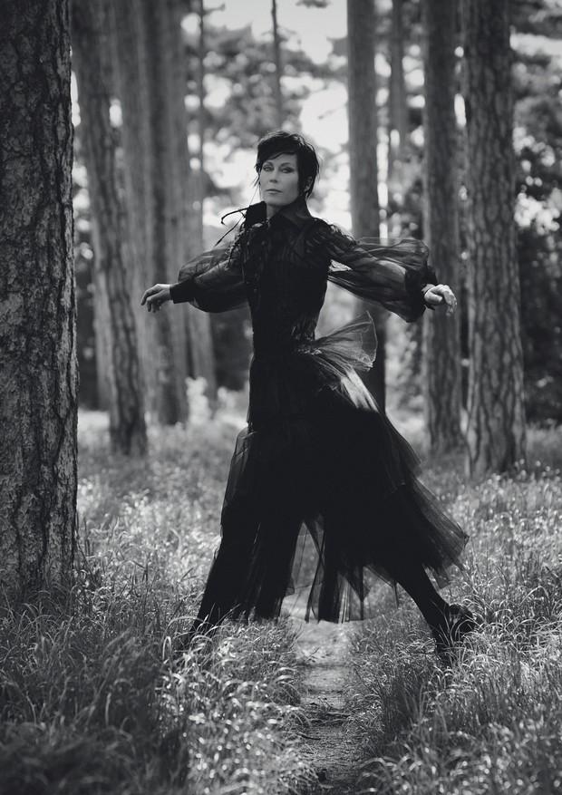 Amanda Harlech usa vestido (a partir de R$ 56.490) e blusa (a partir de R$ 42.290), ambos de tule de seda; brogues de couro envernizado (a partir de R$ 4.780). Todas as peças são da coleção de inverno 2018/19 da Chanel (Foto: Julian Torres)