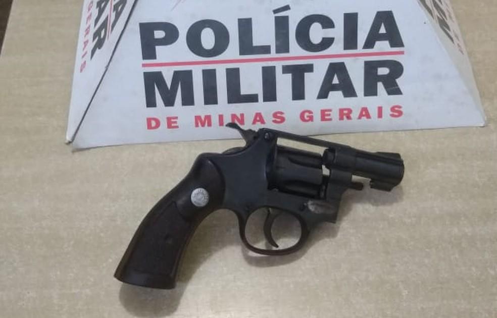 Arma usada no crime foi apreendida pela polícia — Foto: Polícia Militar/Divulgação