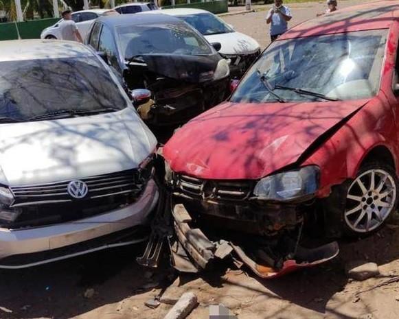 Motorista perde controle de veículo e atinge carros no estacionamento de hospital em Marabá, no PA