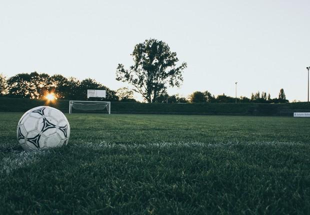 Futebol, bola de futebol, bola, campo de futebol (Foto: Pexels)