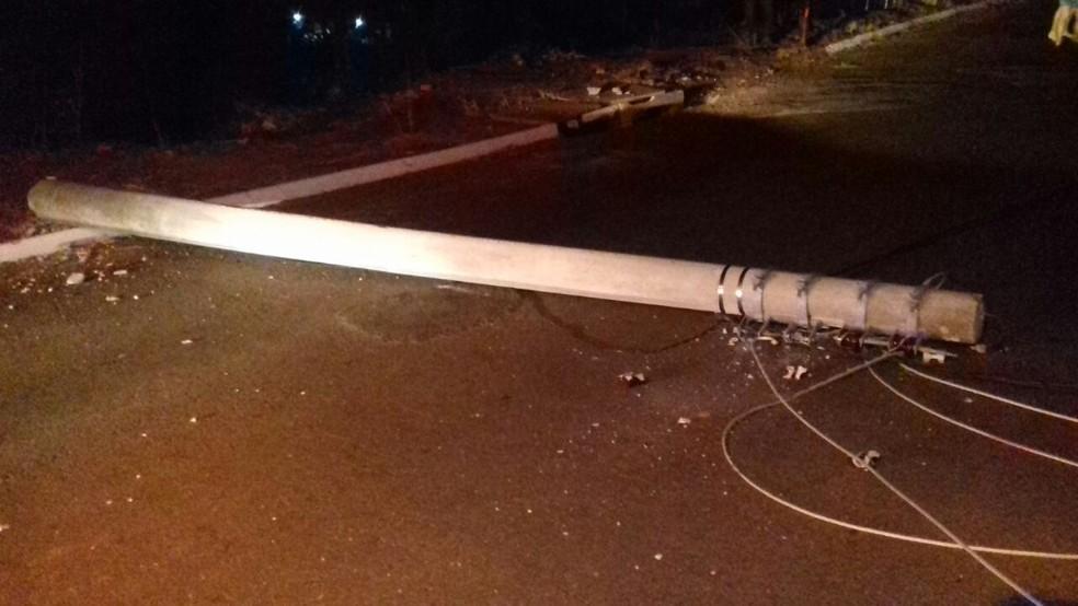Poste caiu com impacto da batida em Pompeia, mas não afetou o fornecimento de energia  (Foto: Portal NC / Divulgação )