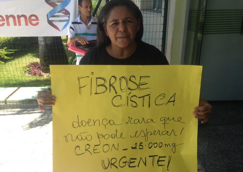 Tratamento que pode custar R$ 500,00 por dia com medicamentos. É o caso da dona de casa, Vilanete Gonçalves, de 52 anos, que cuida há 30 anos do filho portador de fibrose cística (Foto: Gioras Xerez/G1 Ceará)