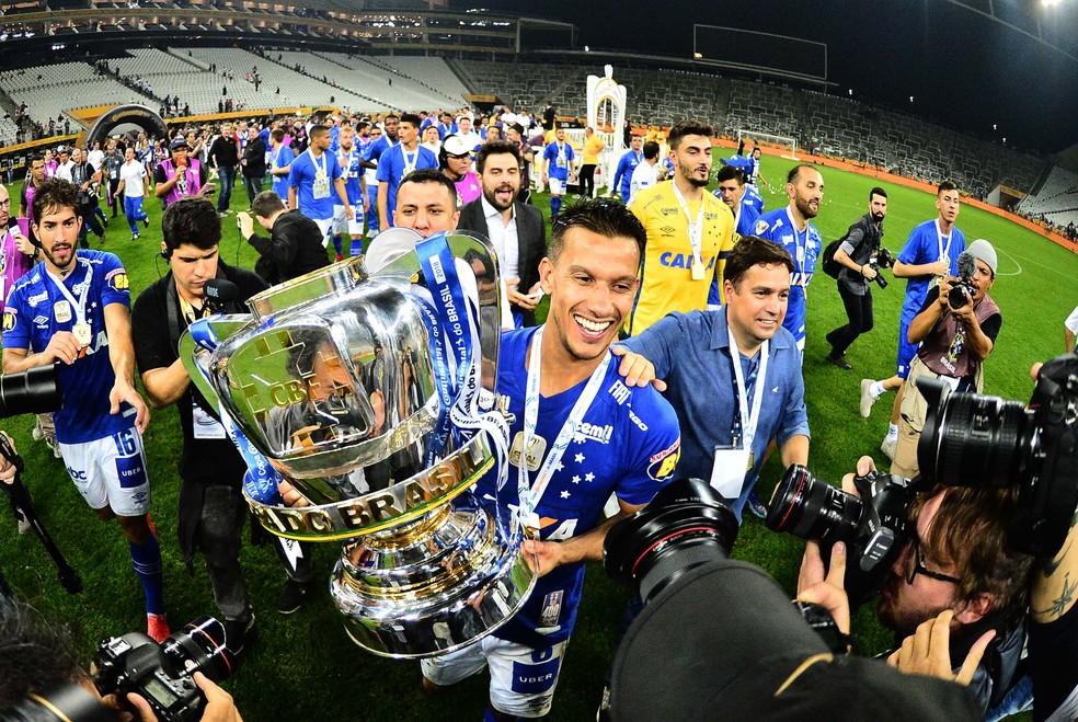 Henrique teve a honra de erguer a taça da Copa do Brasil 2018 — Foto: Marcos Ribolli