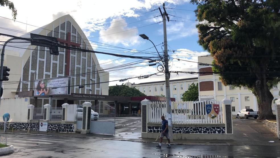 Colégio Antônio Vieira, no Garcia, é da rede particular e não teve aulas nesta quarta-feira (15) — Foto: Vanderson Nascimento/TV Bahia