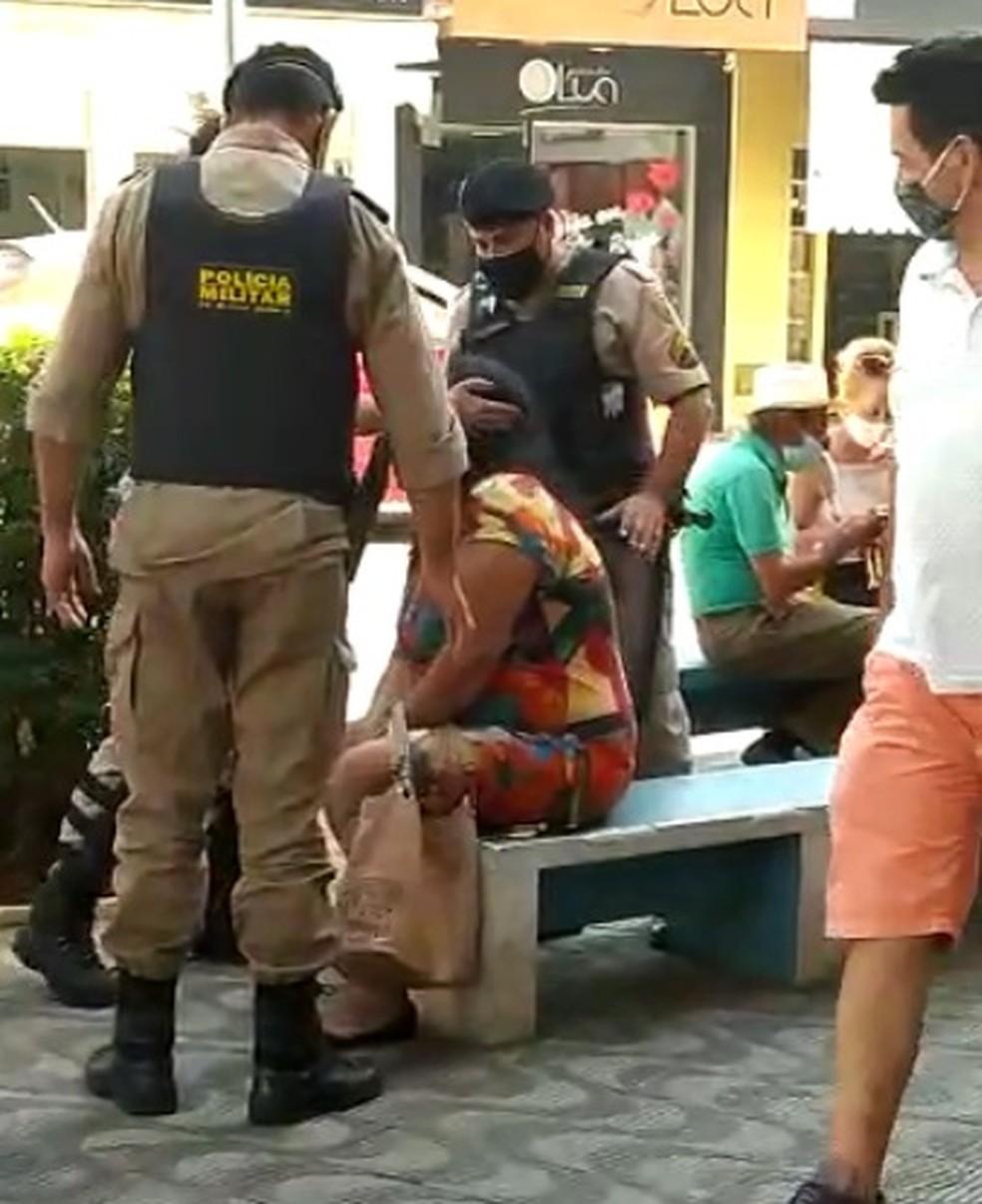 Segundo tapa desferido pela policial militar na mulher em Formiga — Foto: Reprodução/Redes sociais
