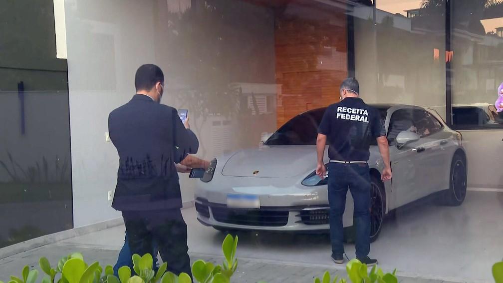 Carro de luxo na casa de Glaidson Acácio dos Santos, preso pela PF — Foto: Reprodução/TV Globo