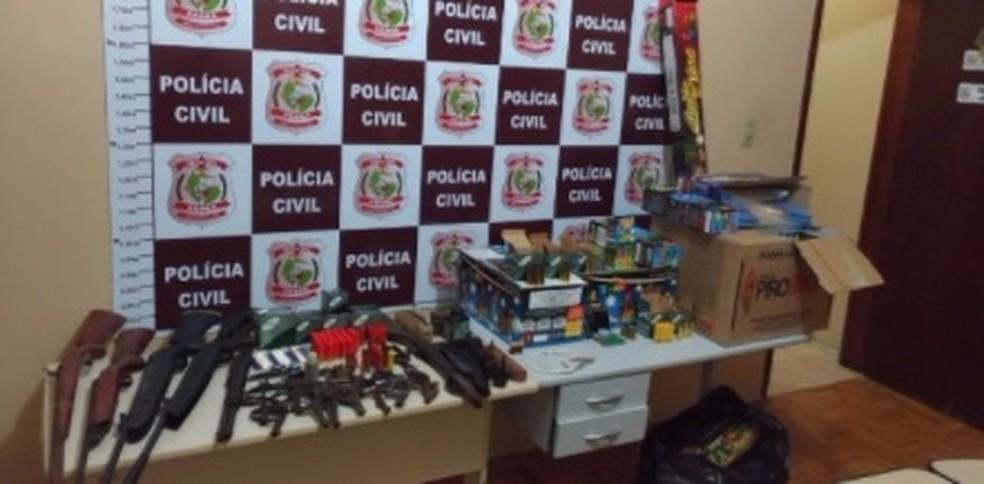 Policiais apreenderam arsenal com os suspeitos (Foto: SSPDS/Divulgação)