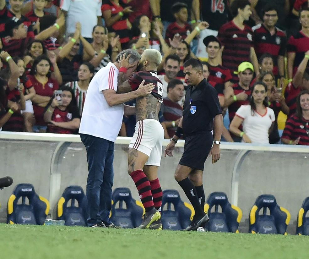 Gabigol comemora gol com Abel — Foto: André Durão/GloboEsporte.com