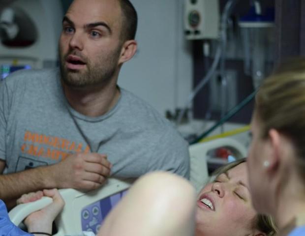 A cara de surpresa do pai quando descobre que tería mais um bebê (Foto: SWNS)