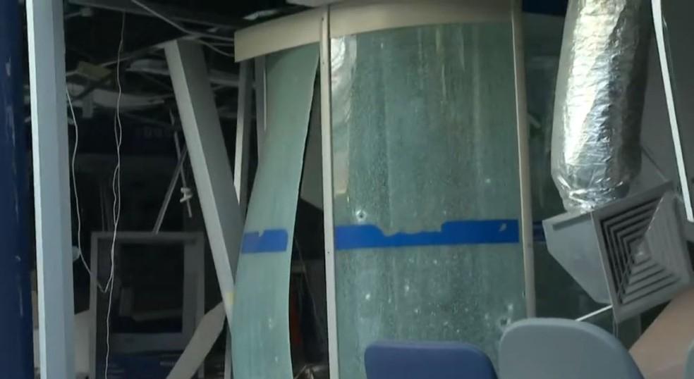 Agência bancária é explodida no bairro de Pau da Lima, em Salvador — Foto: Reprodução/TV Bahia