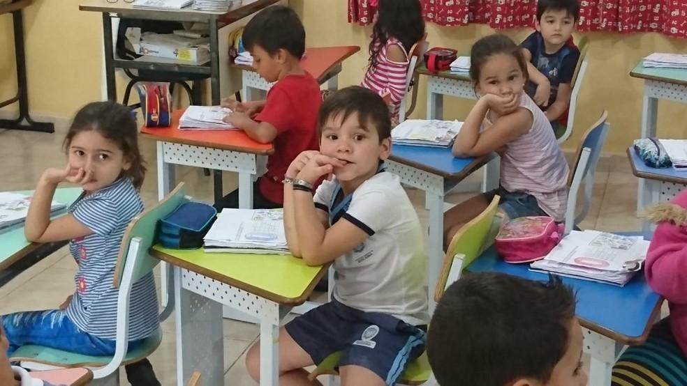 Segundo a mãe e a professora o Gabriel adora a escola, só queria mesmo ficar um dia em casa para ver desenho (Foto: Mariana Bonora/ G1 )