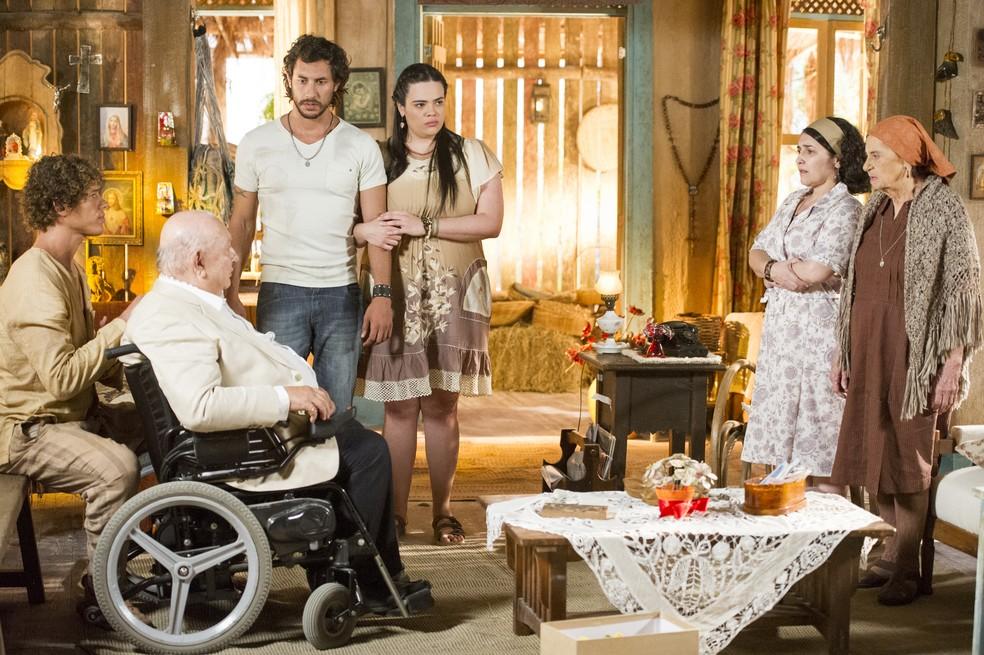 Dionísio (Sérgio Mamberti) visita Candinho (José Loreto) no sítio - 'Flor do Caribe' — Foto: João Miguel Júnior/Globo