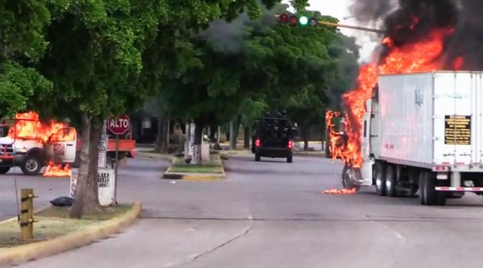 Imagens da AFP mostram caminhões incendiados em Culiacán, no oeste do México — Foto: STR/AFP