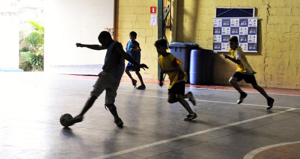 Phelipe participa todas as manhãs dos treinos de futebol da Aphas — Foto: Camilla Resende / GE