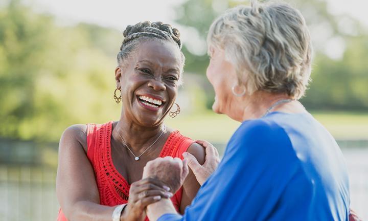 Mulheres conversam de mãos dadas (Foto: Divulgação/Universidade do Texas)
