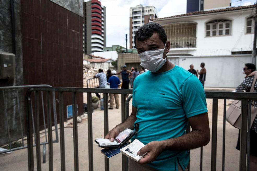 O comerciante chegou a entrar no perímetro isolado para retirar os documentos dos escombros — Foto: Thiago Gadelha/SVM