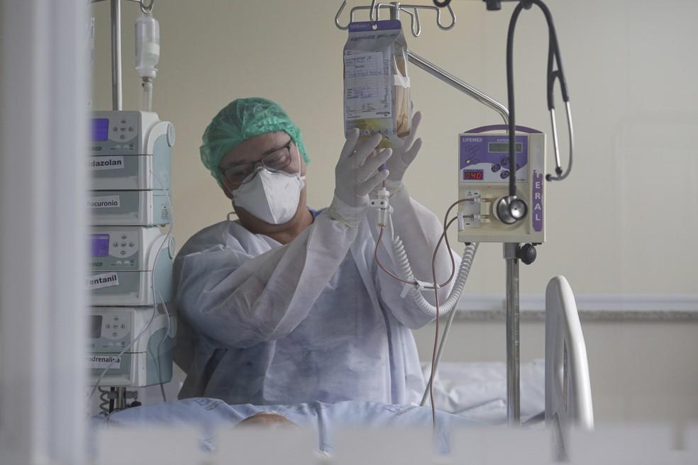 Profissional da Saúde cuida de paciente com Covid-19 na UTI do Instituto de Infectologia Emílio Ribas, na Zona Oeste de São Paulo, em foto de 8 de dezembro. — Foto: Suamy Beydoun/Estadão Conteúdo