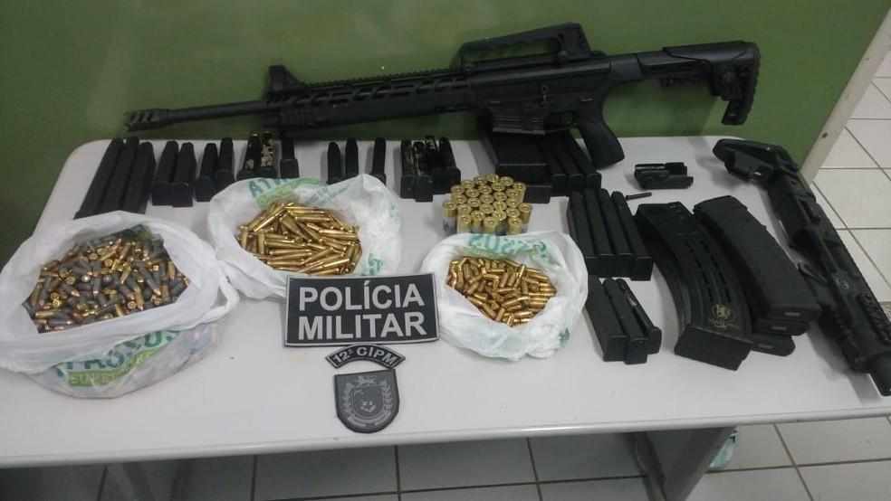 Arma, munições e carregadores apreendidos em MS (Foto: PM/Divulgação)
