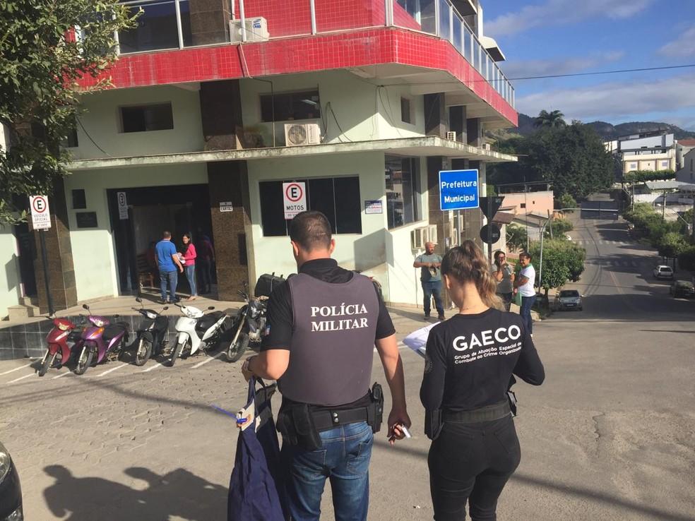 Policiais militares e agentes do Gaeco foram até a Prefeitura de Ecoporanga nesta quinta-feira (6) — Foto: Reprodução/TV Gazeta