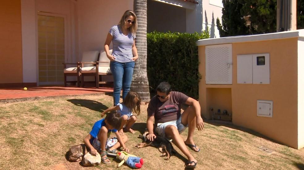Família de Campinas adotou cachorro durante período de isolamento social — Foto: Reprodução / EPTV