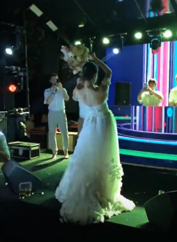 Camila Queiroz joga o buquê (Foto: Reprodução/Instagram)