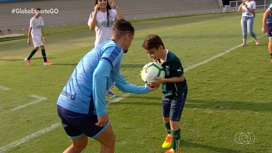 Goiás faz treino animado com crianças especiais no estádio Serra Dourada