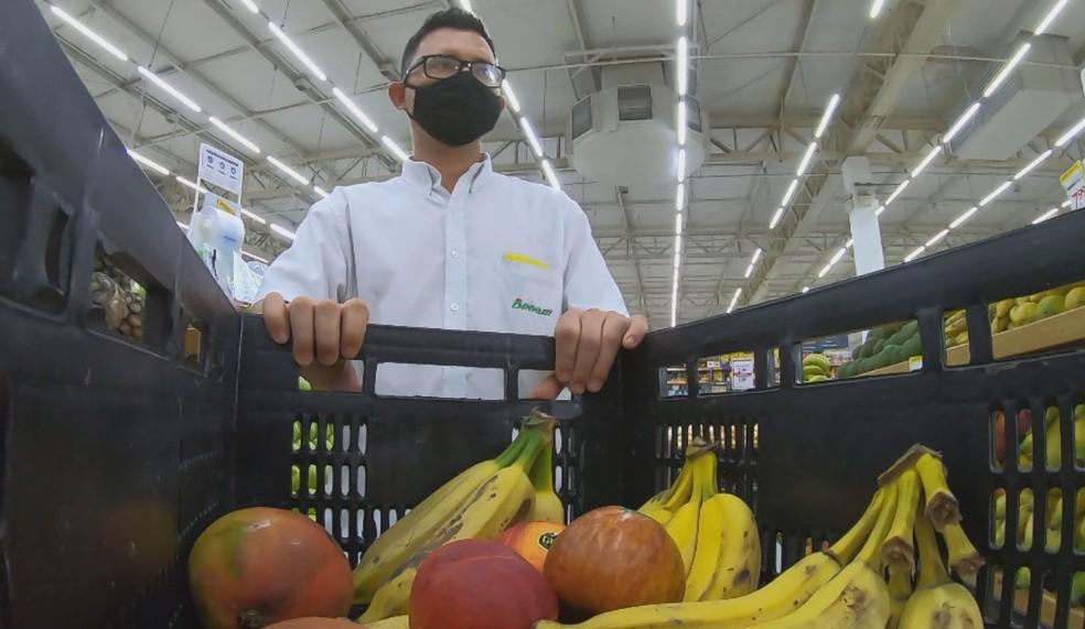 Funcionários de mercado separam alimentos que podem ser doados em Tatuí — Foto: Mike Adas/Tv Tem