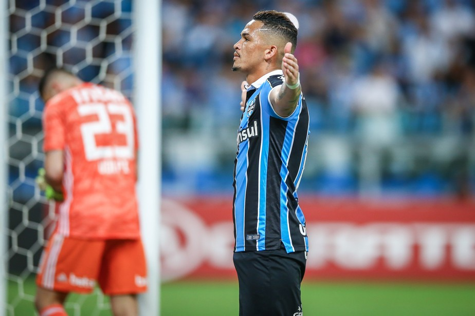 Luciano iguala Everton, faz gol de número 400 da Arena e chega ao fim do ano em alta no Grêmio