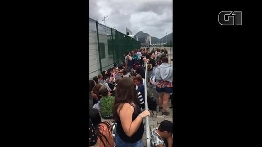 Sob chuva, fãs de Sandy e Junior enfrentam longa fila no Rio para compra de ingressos