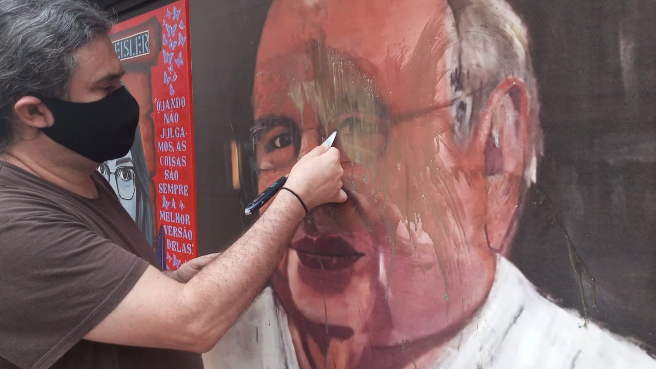 Pintura de Luis Fernando Verissimo é vandalizada novamente em Porto Alegre
