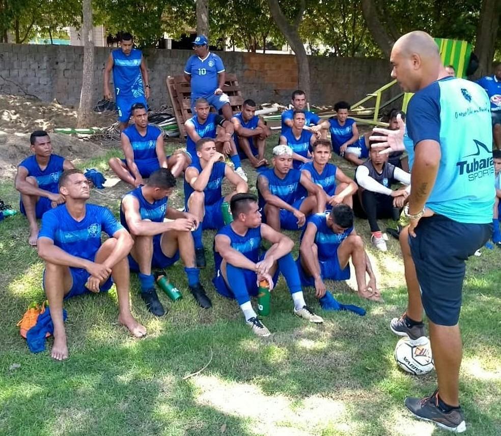 Hugo Alcântara dando instruções aos seus comandados — Foto: Assessoria/CE Dom Bosco