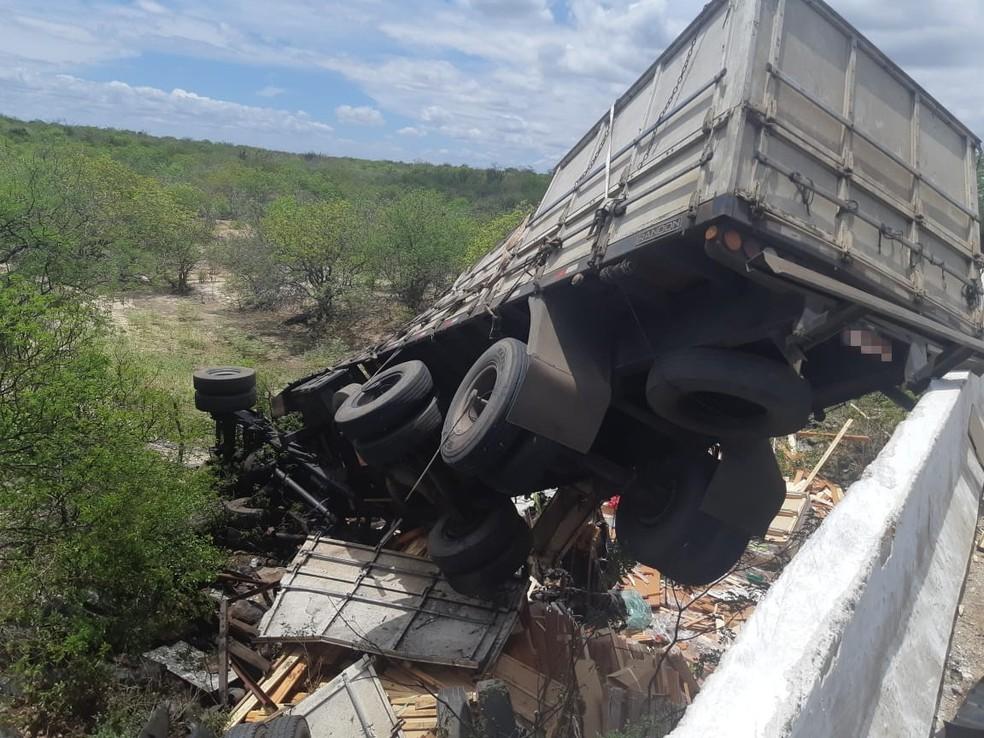 Carreta caiu de uma ponte após passar por cima do carro — Foto: Polícia Rodoviária Federal/Divulgação