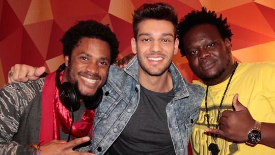 Vocalistas da banda Dois Africanos se emocionam em parceria com Lucas Lucco