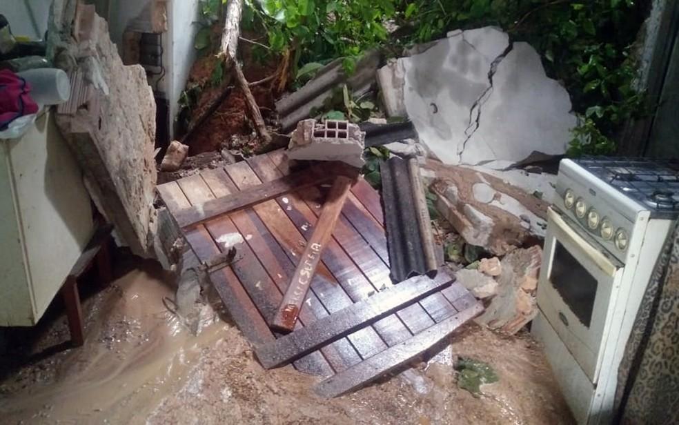 Deslizamento de barreira danificou casa em Olinda — Foto: Everaldo Silva/TV Globo