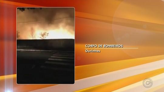 Quarteirão é tomado por incêndio e mobiliza bombeiros em Ourinhos