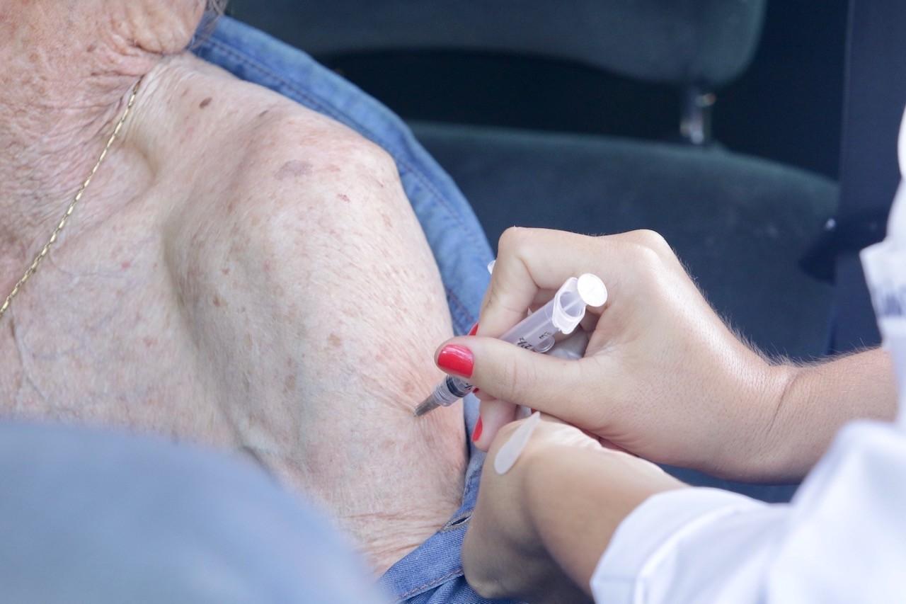 Vacinação contra a gripe em Maringá é retomada para idosos com mais de 80 anos