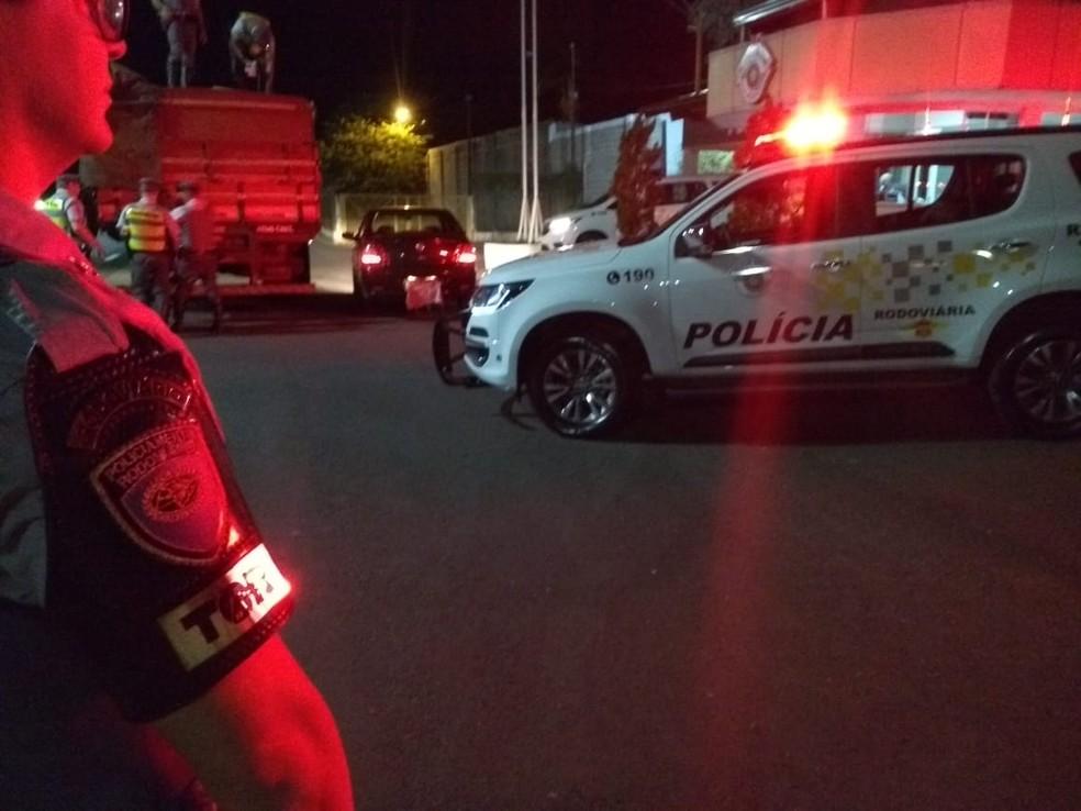 Caminhoneiro e motorista do carro que servia de batedor foram presos em flagrante — Foto: Polícia Rodoviária/Divulgação