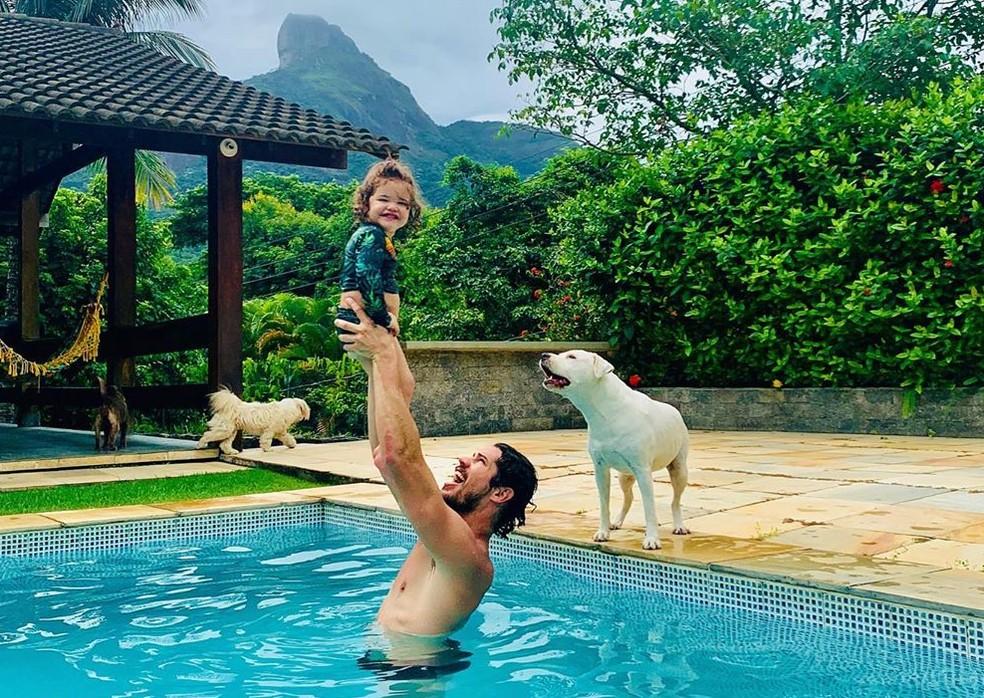 José Loreto brinca com Bella na piscina  — Foto: Reprodução / Instagram