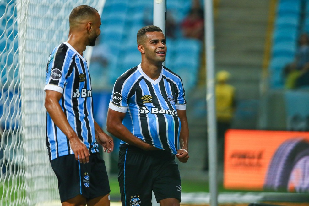 Alisson homenageia o filho na comemoração do gol (Foto: Lucas Uebel/Grêmio)