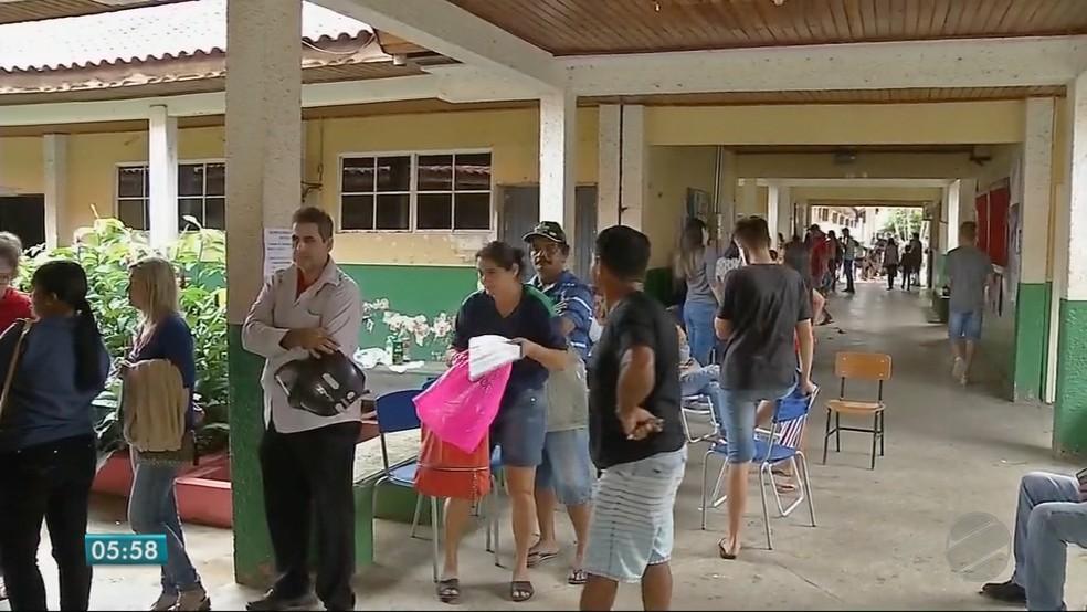 Na Escola Estadual São Vicente de Paula, no Bairro São Cristóvão, os pais enfrentaram chuva na fila (Foto: TV Centro América)