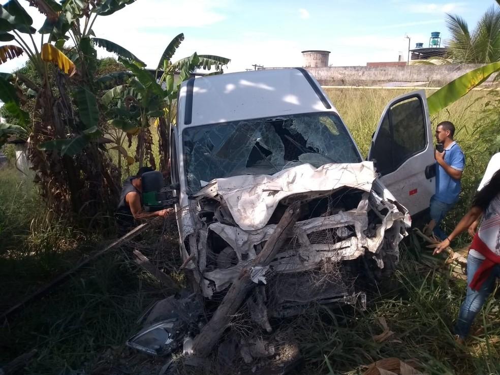 -  Motorista perdeu o controle da van e caiu em uma ribanceira de aproximadamente seis metros de profundidade  Foto: Acervo Pessoal/Marco Túlio Lima