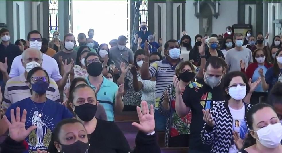 Velório de padre teve registro de aglomeração na Catedral de Vitória — Foto: Reprodução/TV Gazeta