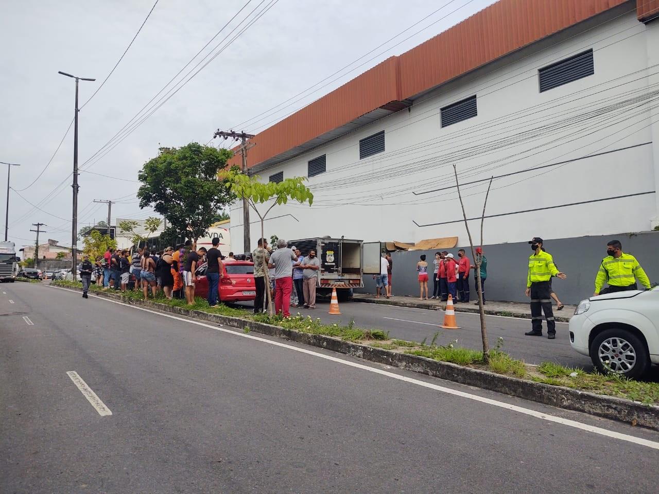 Motorista de aplicativo morre após colidir carro contra traseira de ônibus, em Manaus