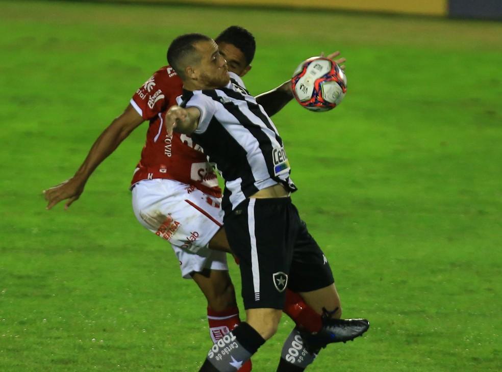 Pedro Castro não foi bem na estreia do Botafogo na Série B — Foto: Carlos Costa/Futura Press