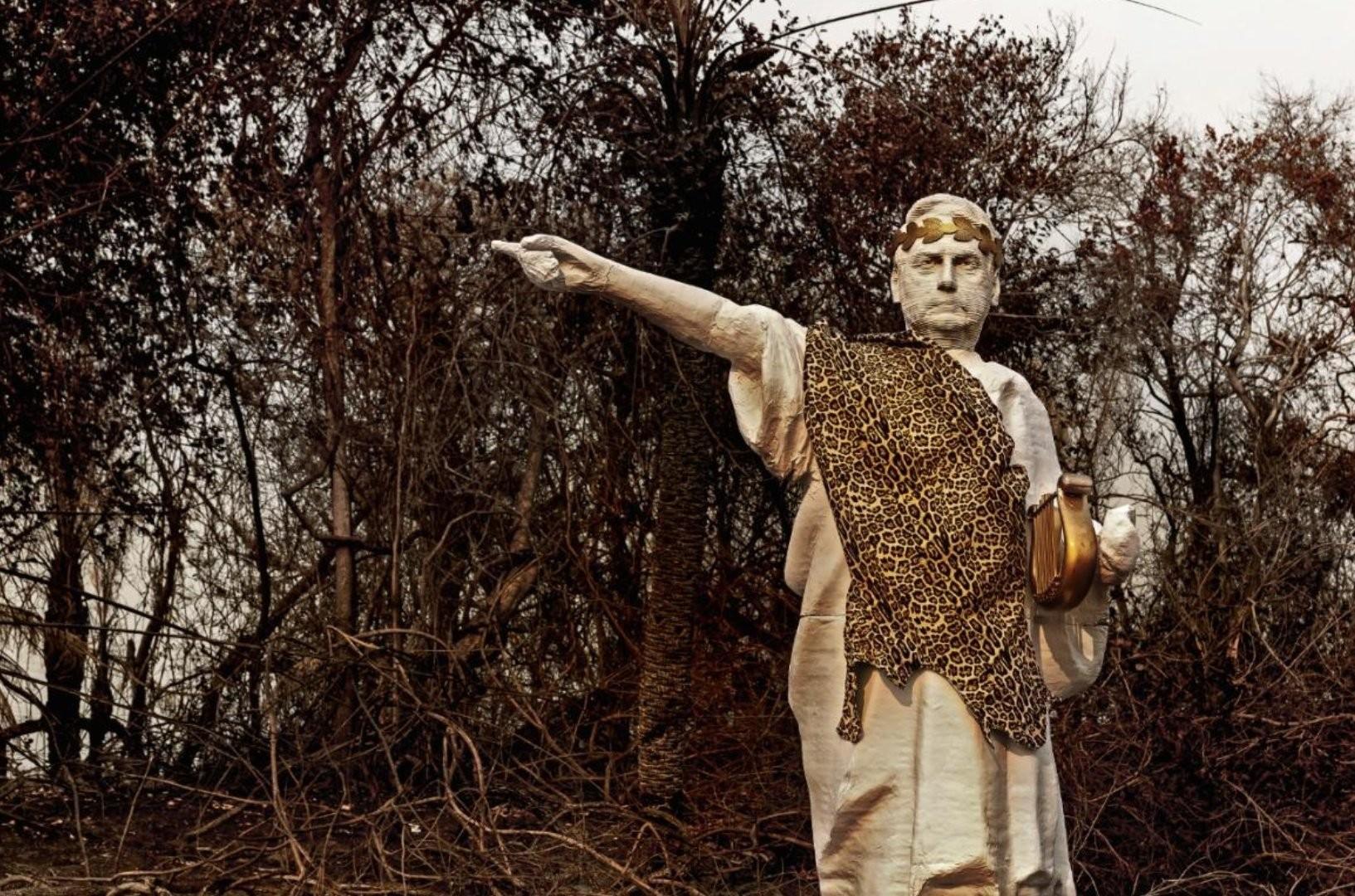 """Estátua do &squot;Bolsonero"""" no Pantanal"""