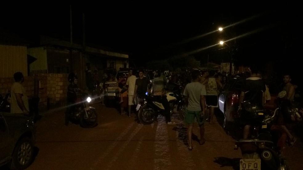 Movimentação na frente da casa onde o jovem foi morto, na rua Angelim (Foto: Adonias Silva/G1)