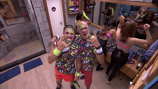 Ayrton e Kaysar simulam fotos arrumados para a Festa Pop 80