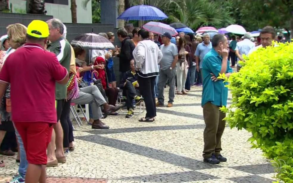 Idosos fazem fila quilométrica na porta de Centro de Vacinação em Goiânia, Goiás (Foto: TV Anhanguera/Reprodução)