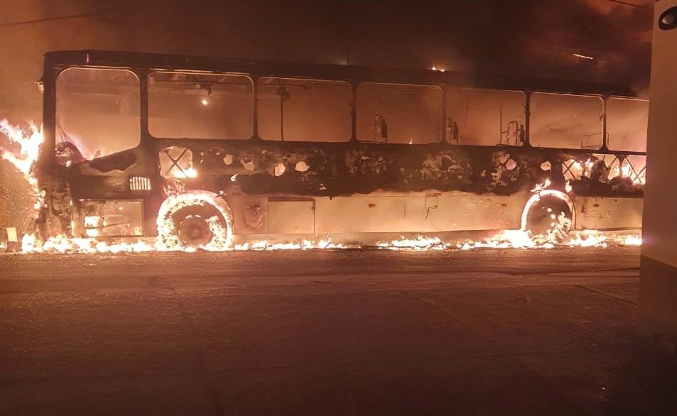 Ônibus fica destruído após pegar fogo no bairro de Itapuã, em Salvador; não houve feridos